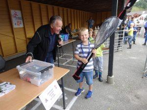 Marthon Skårland overleverer Jubileumsgevinsten til Johannes Usken 8år